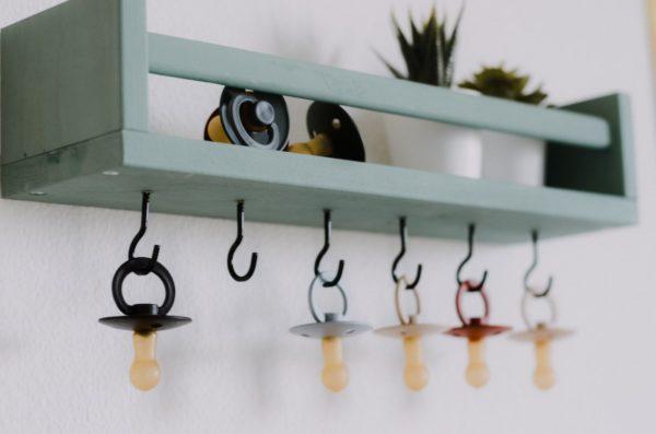 umgebautes IKEA Gewürzregal als Schnullerstation mit Schnullern