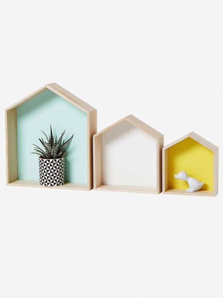 3 Wandregale in Häuserform für Kinderzimmer nebeneinander auf weißer Wand, mit Blumentopf und Keramikente