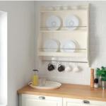 weißes Küchenregal mit Tellern