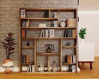 individualisiertes Wandregal mit Büchern und Accessoires