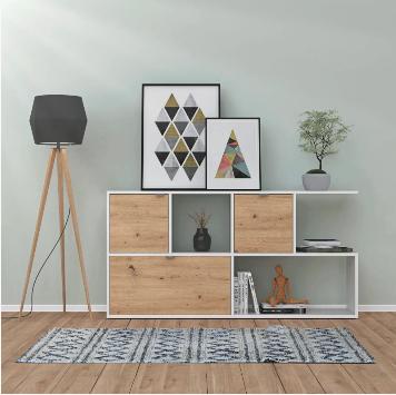 Regal im Wohnzimmer, Teppich und Lampe